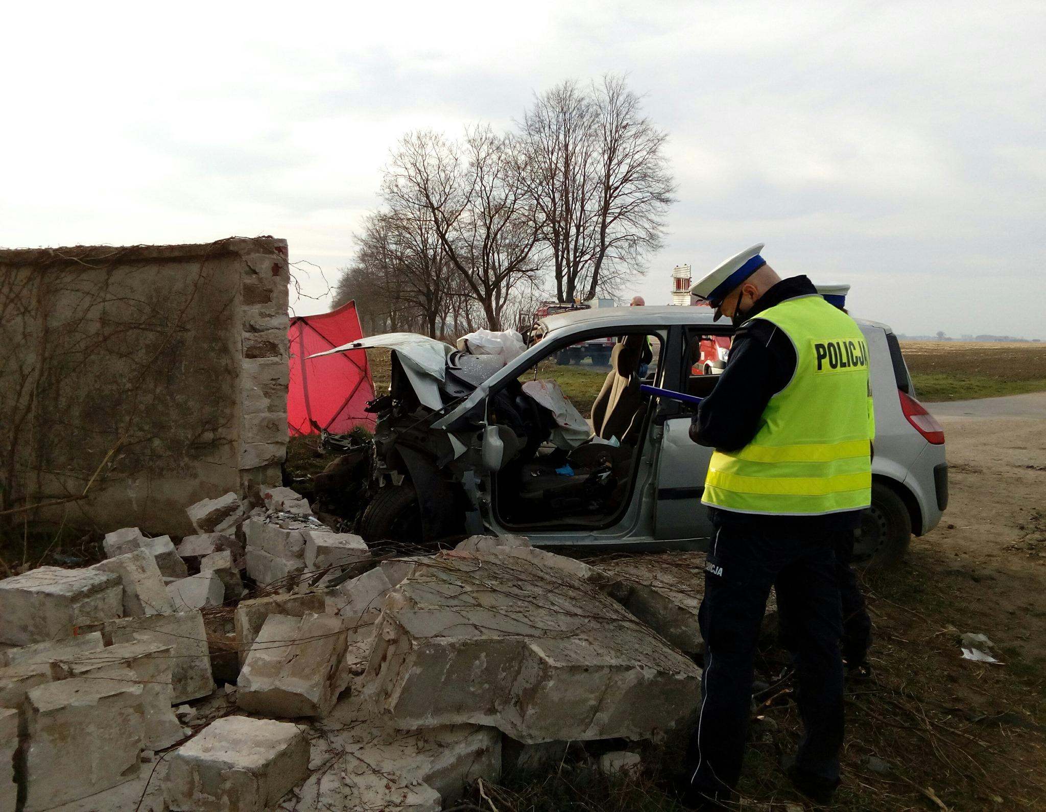 śrem auto uderzyło w mur Marianowo i Grabianowo  - KPP Śrem