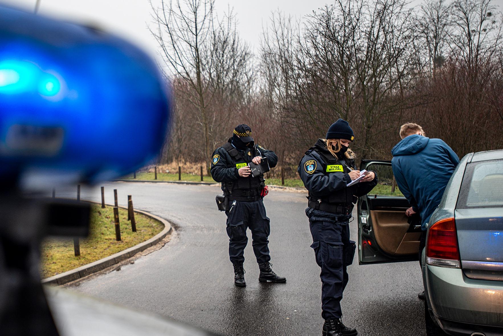 poznaniacy wjeżdżają do parków straż miejska  - Straż Miejska Miasta Poznania