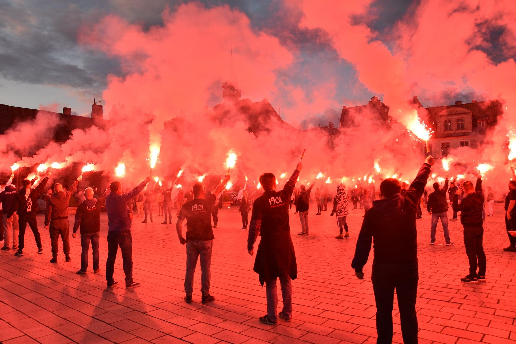 Kibice Lecha Poznań odpalili 120 rac na 120. rocznicę Strajku Dzieci Wrzesińskich  - UM Września