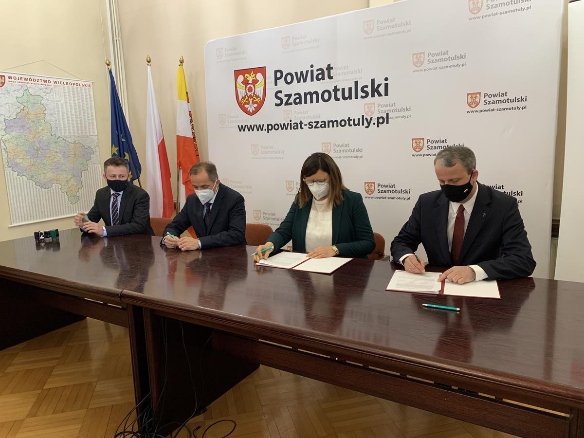 rządowy fundusz rozwoju dróg szamotuły podpisanie umowy wojewoda michał zieliński beata hanyżak rafał zimny - Kacper Witt - Radio Poznań