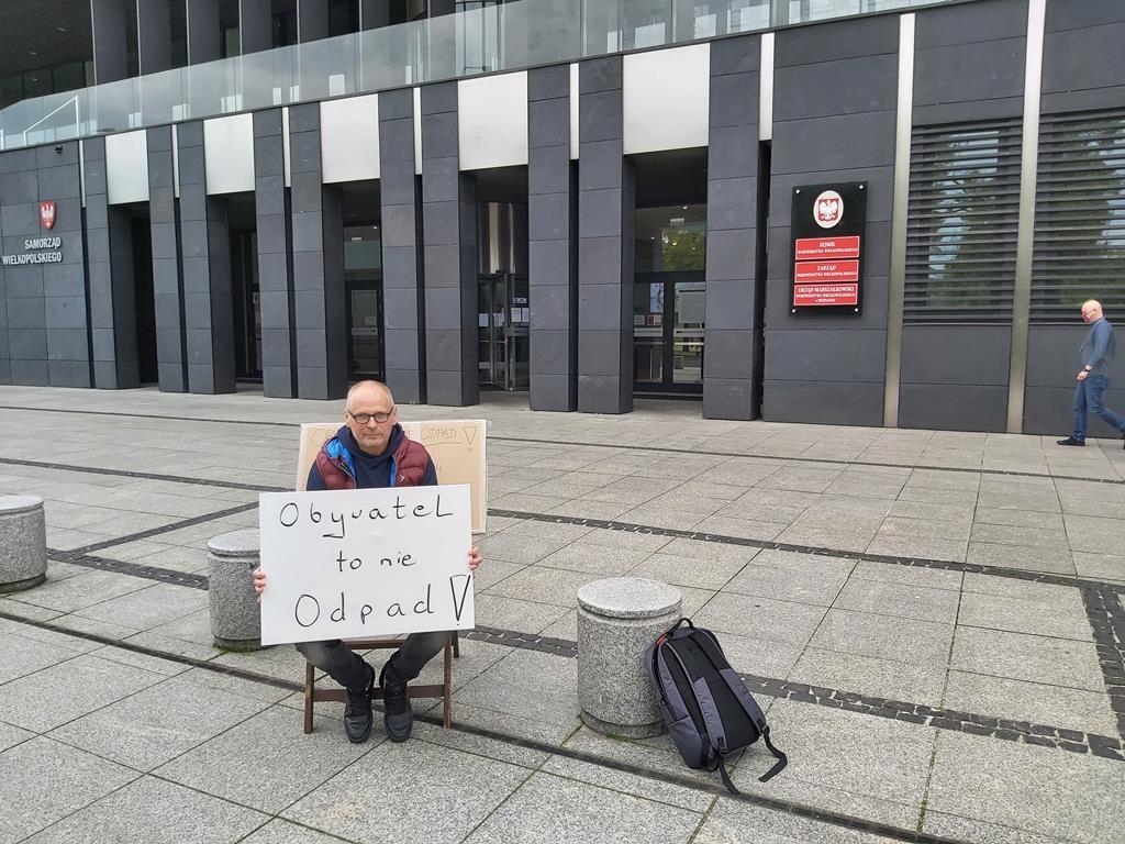 protestujący mieszkaniec bednar w sprawie żwirowni  - Krzysztof Polasik
