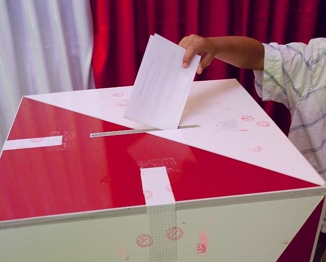 Wybory - urna do głosowania - TomFoto