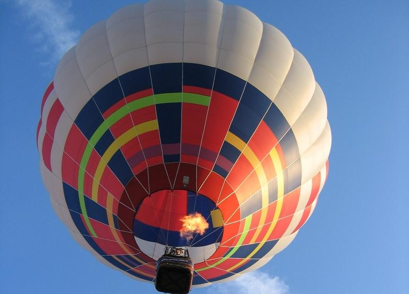 Balon od dołu - lot nad miastem - mat. prasowe