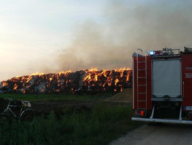 pożar balotów słomy - PSP Konin