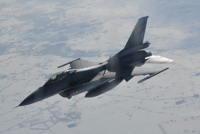 F-16 w locie - MON