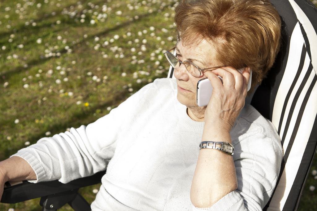 seniorka rozmawia przez telefon - Fotolia.pl