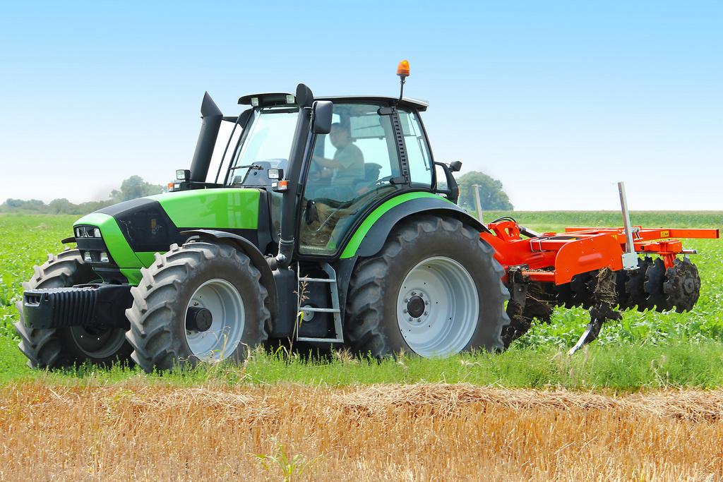traktor ciągnik rolniczy na polu - Fotolia.pl