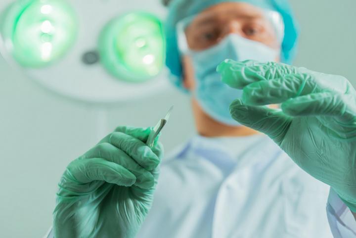 lekarz chirurg skalpel - Fotolia.pl