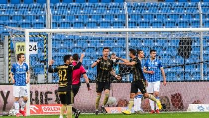 Lech przegrywa z Legią po kuriozalnym golu